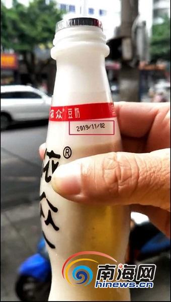 天天315 | 海口一宜之客便利店12瓶依众豆奶变质 供货商:已赔偿消费者100元
