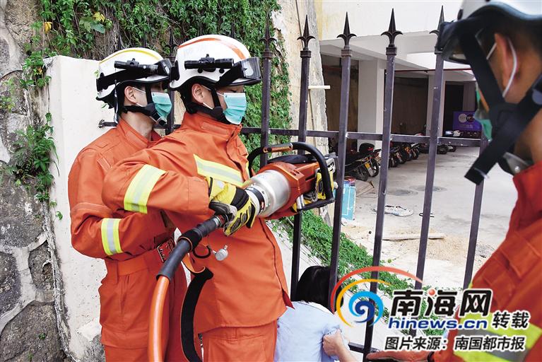 五指山一名3岁小孩头卡护栏 消防员1分钟救出