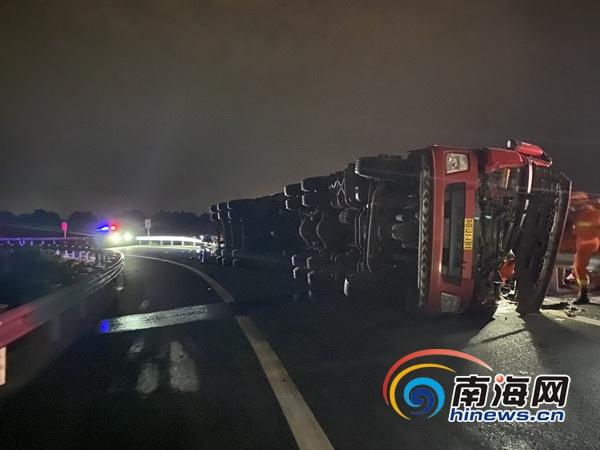 椰视频 | 西线高速满载芒果的大货车侧翻 乐东消防紧急救援