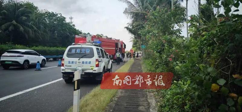 环岛高速三亚往海口方向琼海路段发生汽车追尾事故