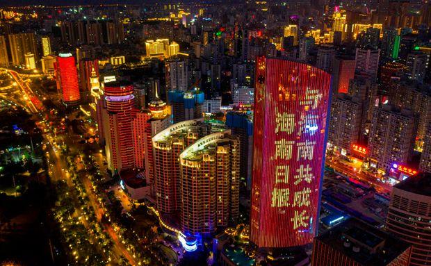 瞰海南丨海口三亚夜空上演灯光秀 祝福海南日报创刊70周年