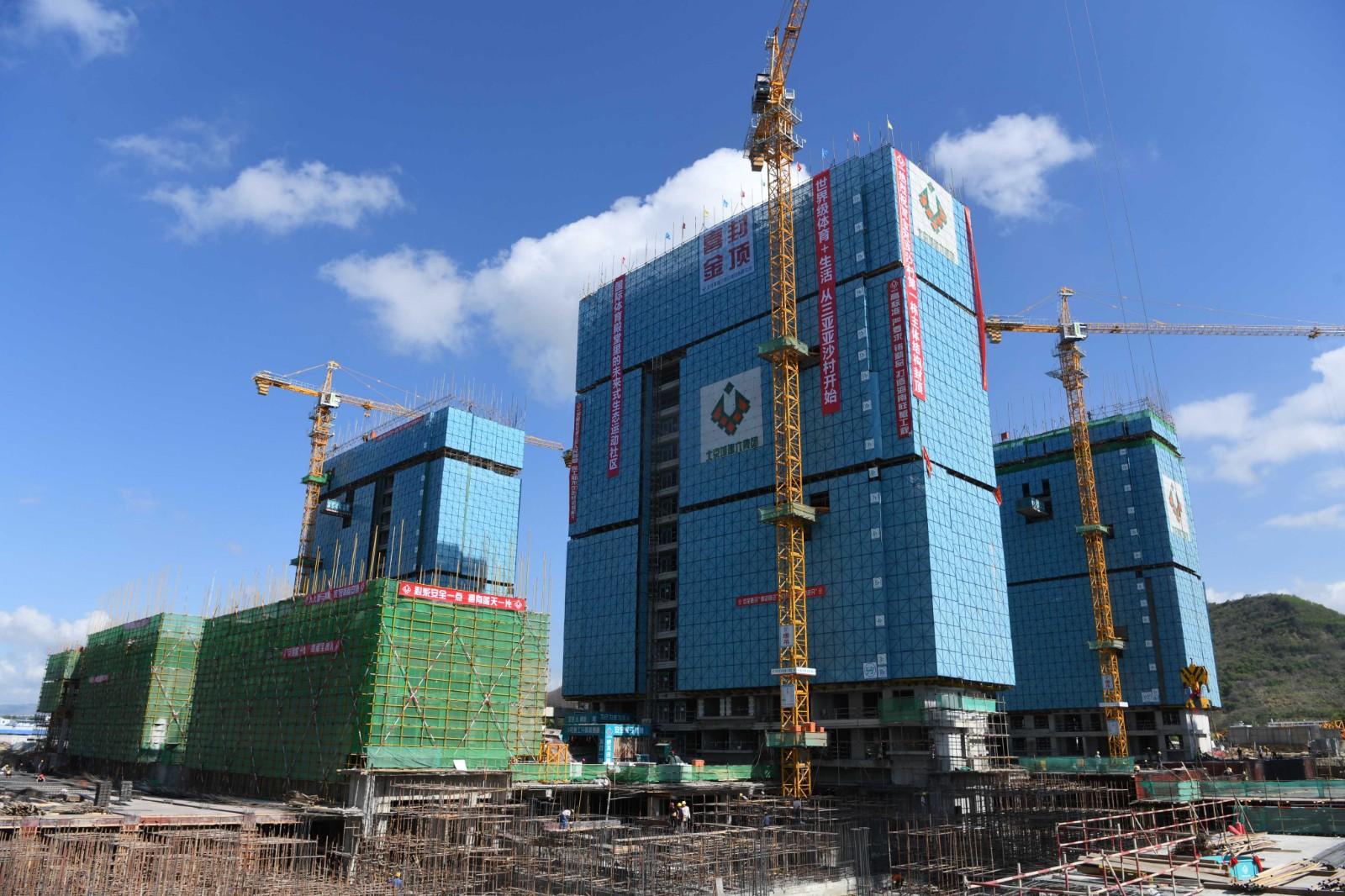 晓峰近距离   三亚亚沙村第一栋主体结构封顶