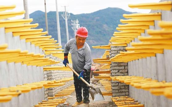 昌江:道路改造施工忙