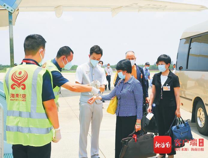 出席全国两会的海南省代表委员抵京