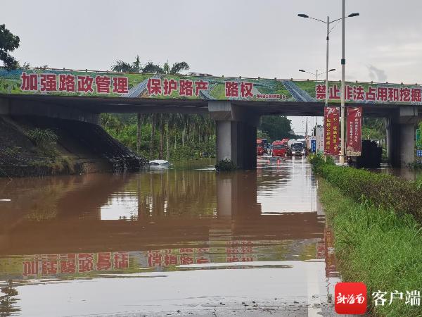 暴雨突袭,澄迈3车桥下涉水被困,网友着急:司机还好吗…
