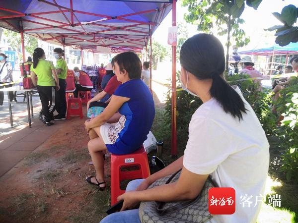 海南一位高考生妈妈从农村倒几趟车来送考:偷偷来的,不想让孩子知道