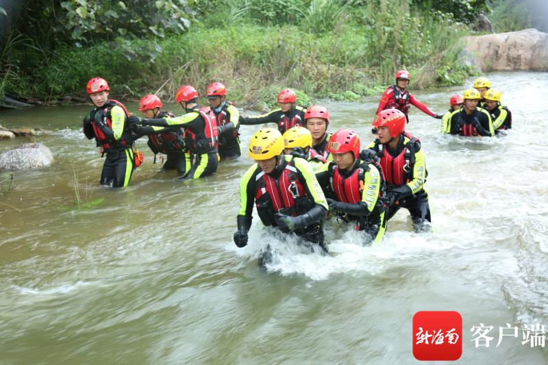 """汛期洪涝灾害""""潜伏"""" 海南消防强化训练待时而动"""