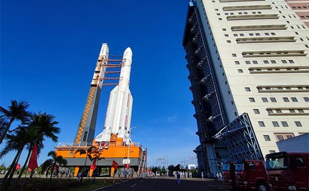 长征五号遥四运载火箭在文昌航天发射场垂直转运至发射区