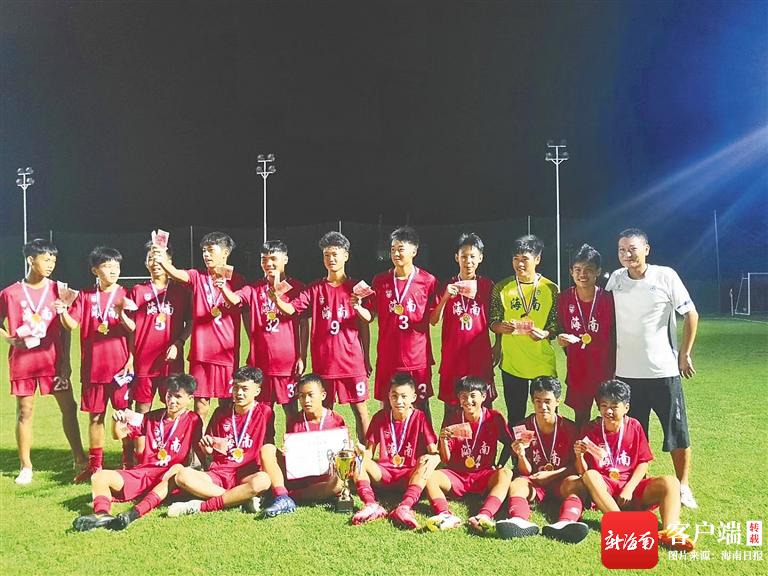 海南足球少年绿茵场大比拼中海队包揽省青少年足球冠军联赛U14组和U15组冠军-新闻中心-南海网
