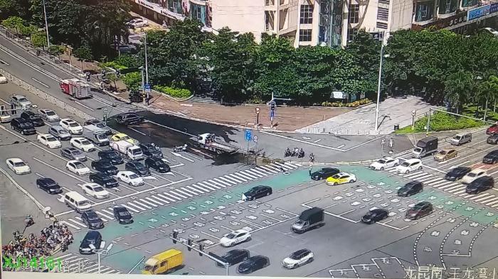 海南日报客户端|注意绕行!海口海德路发生小车漏油事故