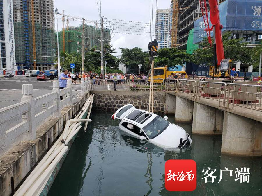 海口两车相撞豪车掉进2米深泄洪沟 女司机惊险逃生