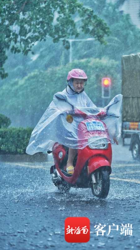 海口暴雨中奔跑的外卖小哥:你努力的样子真帅!