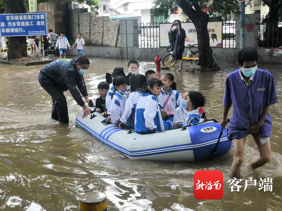 暴雨致海口一学校门口积水 周边医院保安用船送学生入校