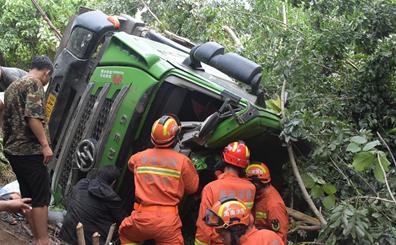 大车翻下十多米高斜坡一人被困 乐东消防紧急救人