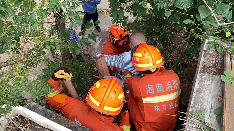 椰视频 九旬老人不愿住院躲墙缝被困 东方消防成功救援