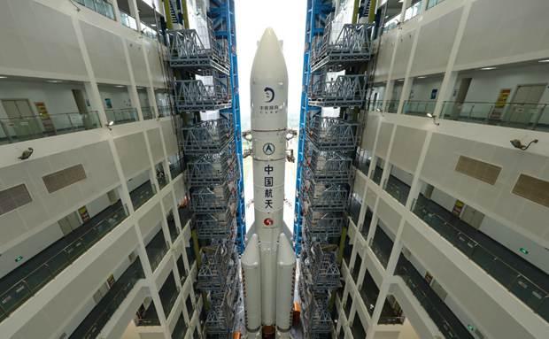 长征五号遥五运载火箭垂直转运至海南文昌航天发射区