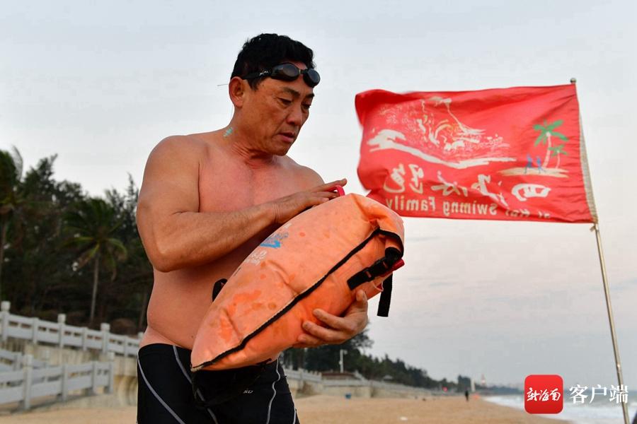 海口:游泳爱好者不畏严寒 感受别样乐趣