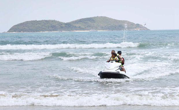 万宁石梅湾:游客踏浪看海乐享假期
