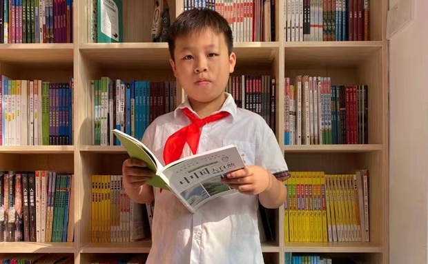 表扬!文昌这名小学生为扶起摔伤老人 校服被鲜血染红