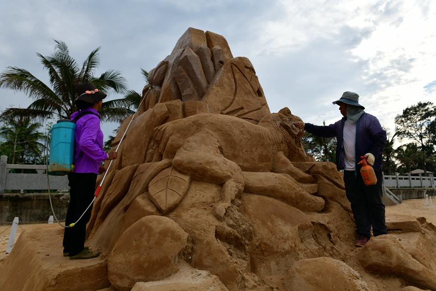 原创组图 | 海口西海岸十余座沙雕作品严重损毁 工人妙手修复