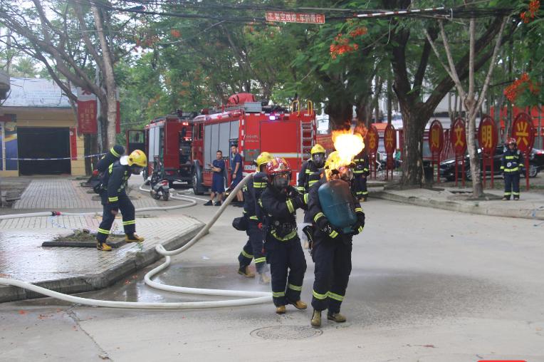 """为英雄点赞!保亭现""""抱火哥"""",消防员冒险搬出着火煤气罐"""