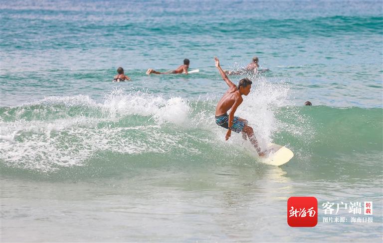 万宁:冲浪运动员在浪尖磨炼冲浪技巧