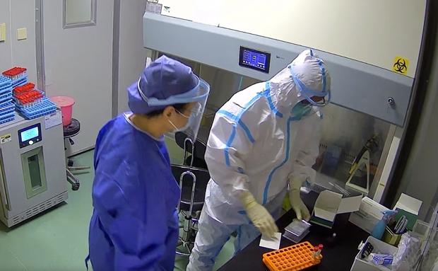 海口市人民医院核酸检测人员24小时奋战 保证每份检测结果及时有效