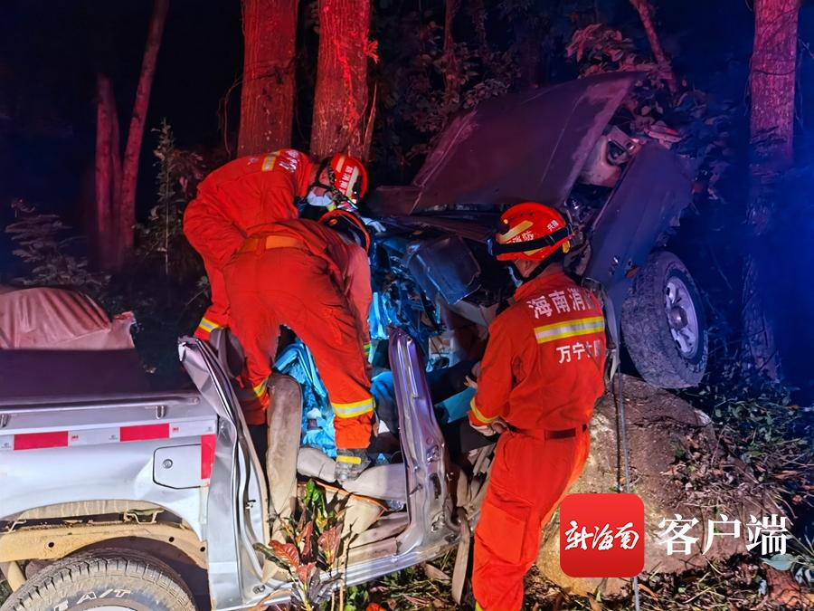 事发万宁,凌晨一皮卡车因驾驶失控撞树,司机当场死亡