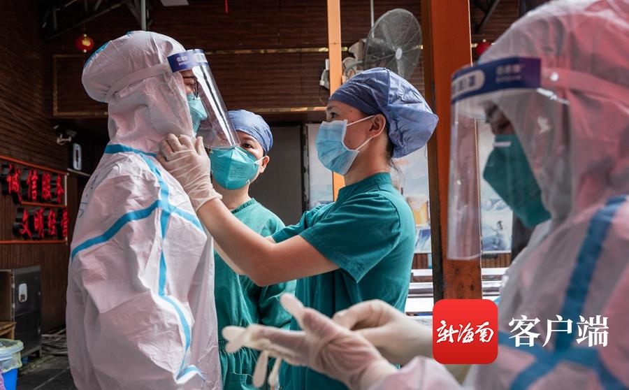 海口核酸采集点:医护人员防护服湿透 中午采集完下午又支援