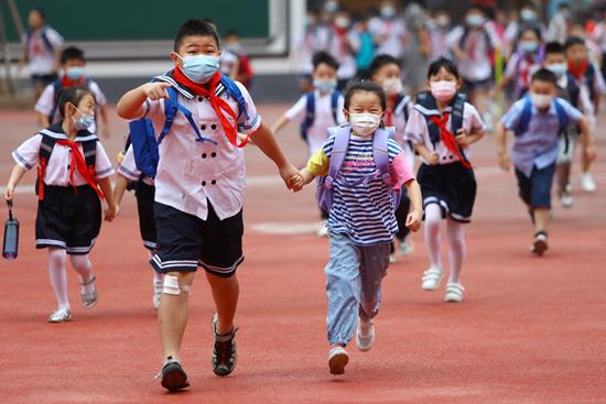 9月1日,安徽省淮北市第三实验小学,学生们陆续进入校园。 视觉中国供图