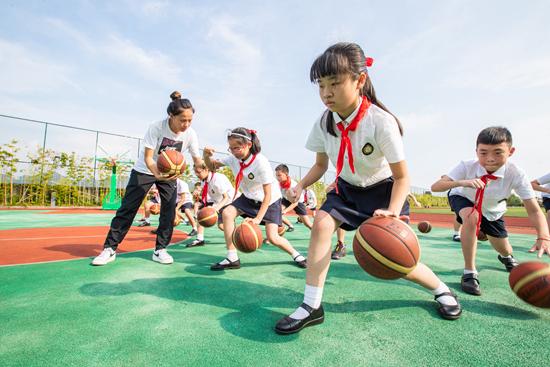 9月1日,重庆市科学城慧谷小学,学生们参加课后兴趣社团。 视觉中国供图