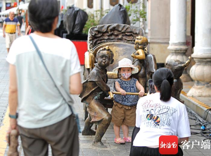 中秋小长假 游客畅游古色古香的骑楼老街