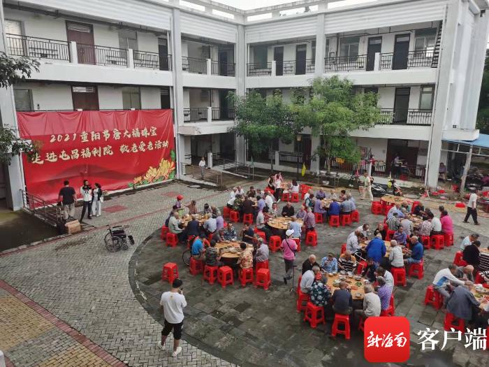 送大米、食用油等 志愿者给屯昌度过一个难忘的重阳佳节