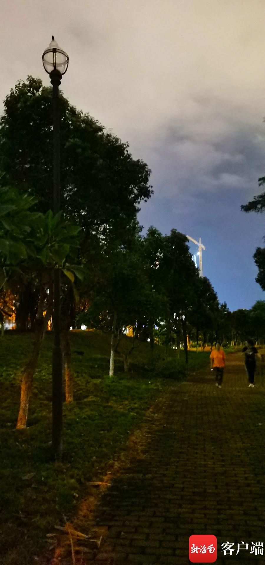台风过后海口挺秀公园照明灯熄火 相关人员:线路老化将尽快修复