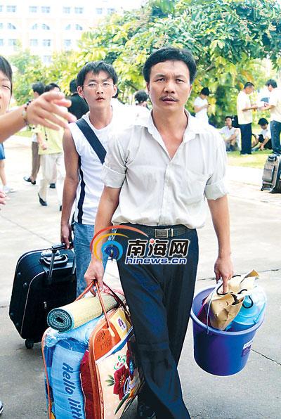 吴先生同样是20世纪90年代的大学生,因为结伴上学,他遇上了自己的