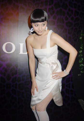 影视明星范冰冰以一袭白色晚装搭配网袜性感亮相,而该品牌不惧负面
