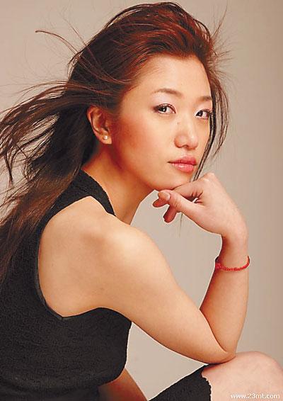 网上走红的青年歌手胡杨林(上图),本月29日将携自己的最新专辑