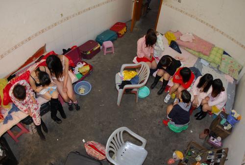 福建南安老人寻芳团看裸舞表演被截获[组图]