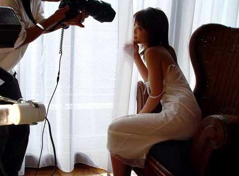 日本女优拍摄全过程 热辣写真幕后探密[组图]-