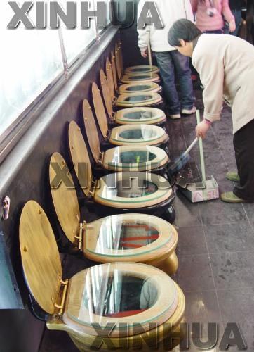 """购物广场厕所外安装""""马桶""""式座椅[组图]"""