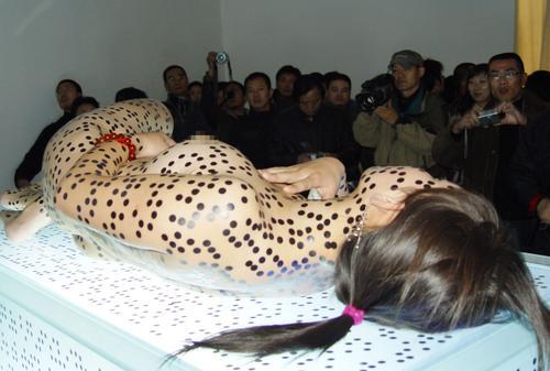 人体艺术专业人体艺术露逼汤水的那种_其中南京艺术家成勇的一件名为《会诊》的人体行为作品吸引了不少观众