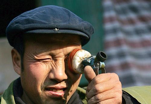 农民自制望远镜观察太阳黑子 望造福人民[图]