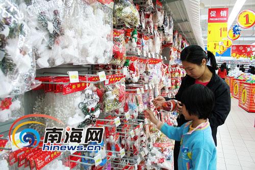 前不久,进驻海口的家乐福,对于圣诞,同样是琳琅满目的货品 高清图片