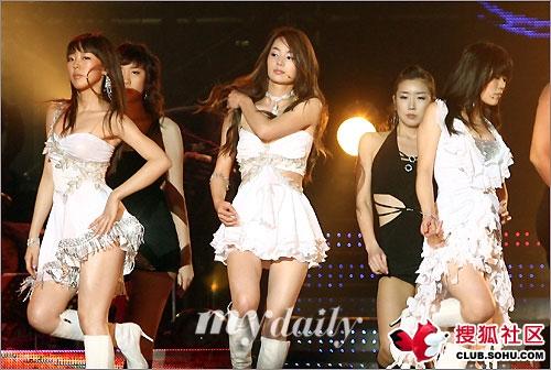 韩国最红女子组合直播现场走光露点组图