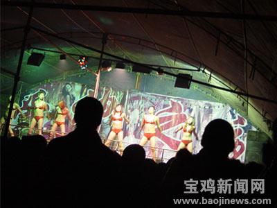 九少女着三点式跳舞 下流动作挑逗观众