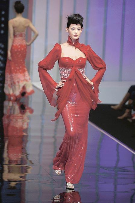 林嘉绮身高_其中以身高近6呎,穿上一袭火红中式礼服的林嘉绮,成功突围抢镜;可惜因