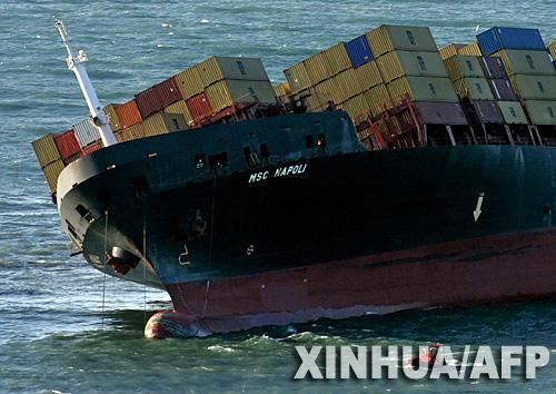 遇险的英国货船丢失上百集装箱并漏油[组图]