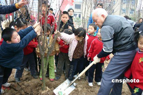 韩国祥说,二00六年全民义务植树尽责率达到百分之五十五,比上年提高十