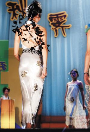 服装设计专业的学生为了设计制作出理想的毕业服装,往往要花费上千