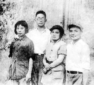 照片左侧是年轻的八路军干部孔原和他的妻子许明.